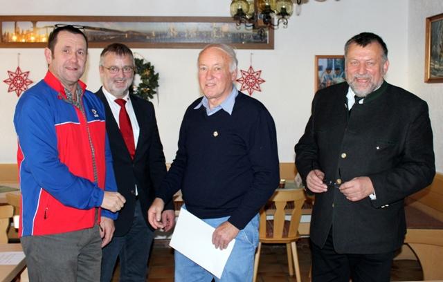 Ehrenbereitschaftsleiter Gerd Rosenberger, seit 1964 bei der Bergachtbereitschaft aktiv, wurde für 50 Jahre ehrenamtlichen Dienst im Naturschutz und im Rettungsdienst mit dem Goldenen Ehrenzeichen der Bergwacht Bayern ausgezeichnet.