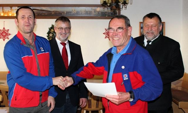 Ludwig Graf, seit 1977 aktiv, wurde für 40 Jahre ehrenamtlichen Dienst im Naturschutz und im Rettungsdienst mit dem Goldenen Ehrenzeichen der Bergwacht Bayern ausgezeichnet.