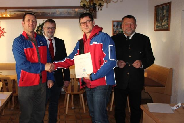 Bergwachtkamerad Max Vogl, seit 1989 aktiv, wurde für 25 Jahre ehrenamtlichen Dienst im Naturschutz und im Rettungsdienst mit dem Silbernen Ehrenzeichen der Bergwacht Bayern ausgezeichnet.