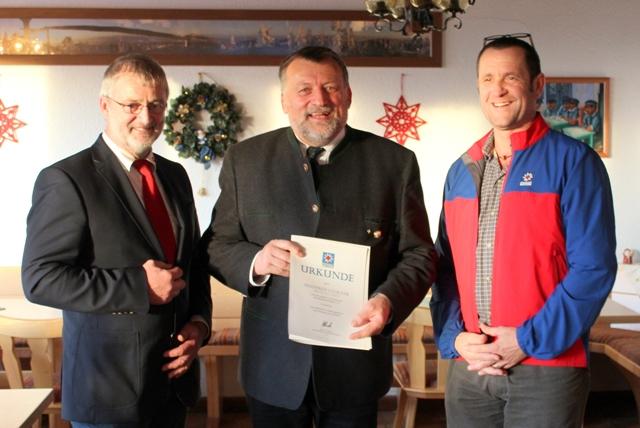 Manfred Falkner (Mitte) wurde für 40 Jahre unermüdliches Engagement in der Bergwacht Bayern mit dem Silbernen Ehrenzeichen der Bergwacht Bayern ausgezeichnet