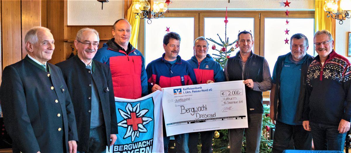 Vorstandsvorsitzender Franz Kerschbaum (2.v.l.) und Vorstand Bernhard Bergmann (1.v.r.) überreichten den Scheck im Wert von 2.000 € an die Bergwachtler