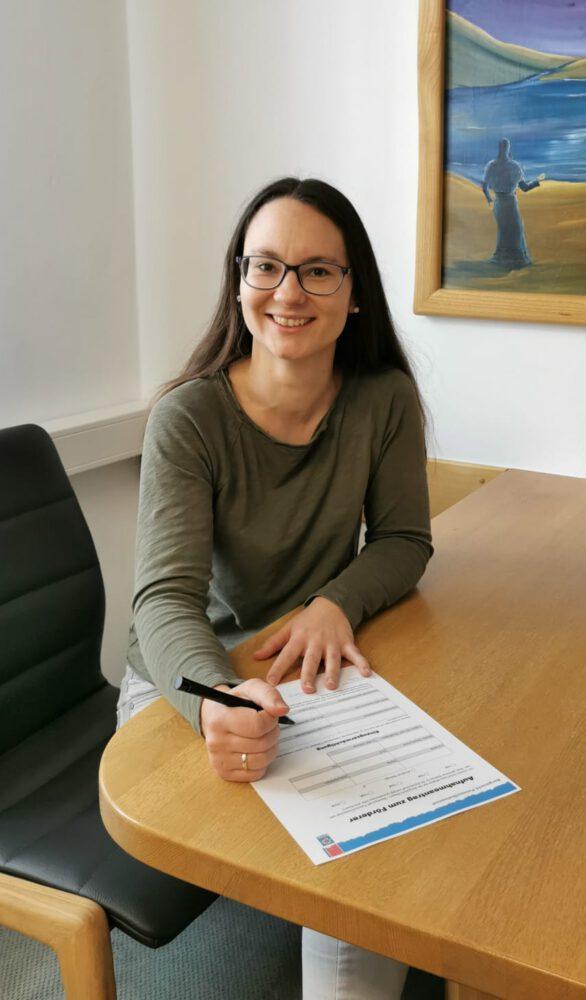 Bürgermeisterin Kristina Urmann unterschrieb den  Antrag zur Fördermitgleidschaft der Bergwacht Passau/Dreisessel